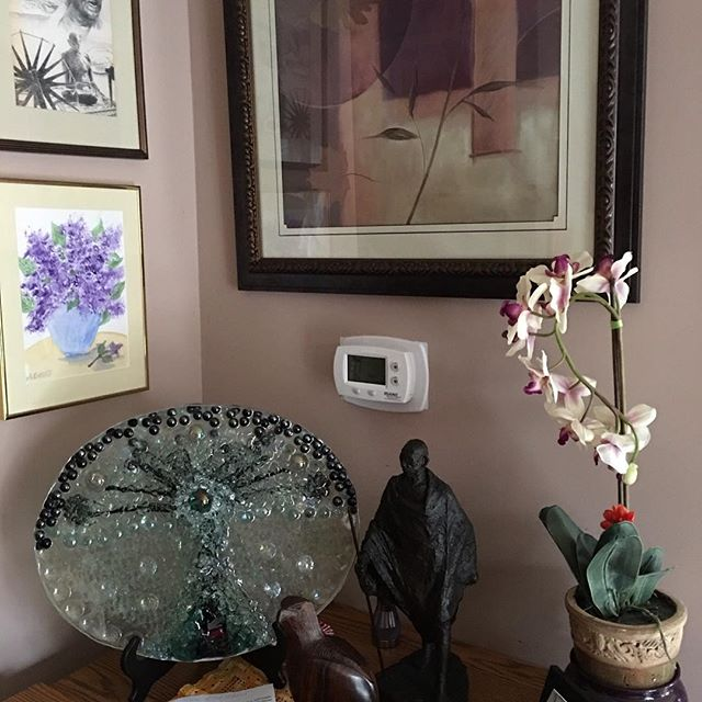 Richard's Tree of Nonviolence in Dr.  Arun Gandhi's home. So honored and humbled to be surrounded by images of his his Grandfather. #hartgallerytn #helpinghandsartwork #mahatmagandhi #togetherwearethechange #bethechange